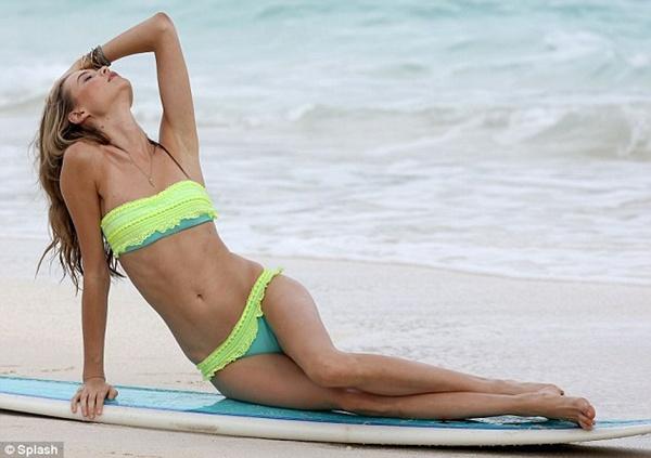 """Vợ chưa cưới của Adam Levine khoe dáng """"ngọt"""" với bikini 2"""