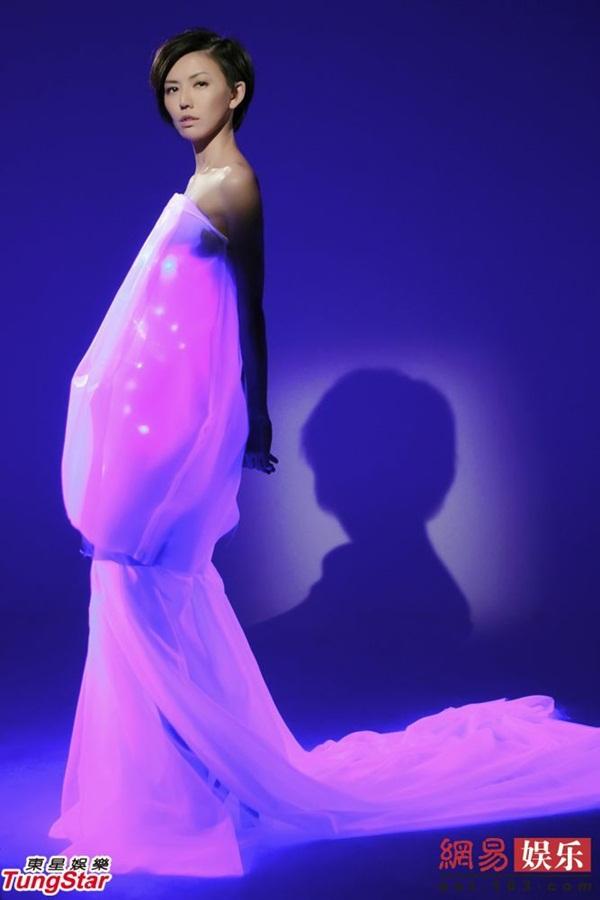 Tôn Yến Tư đẹp lung linh với váy gắn 40 đèn Led 1