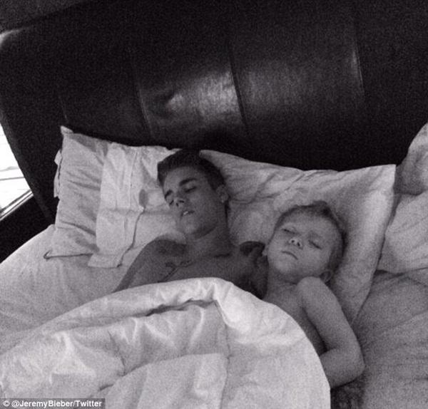 Justin Bieber ngủ ngoan bên em trai và đã tậu được nhà mới 1