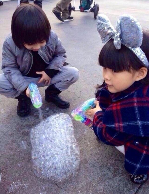 Lâm Chí Dĩnh khoe ảnh bé Kimi nghịch ngợm khi tắm 8
