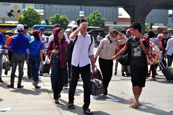 Sĩ tử vội vàng về quê sau khi kết thúc kỳ thi đại học đợt 1 17