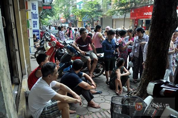 """Vật vã ngồi bệt xuống cả lòng đường để chờ mua bánh trung thu """"hot"""" nhất Hà Nội 8"""