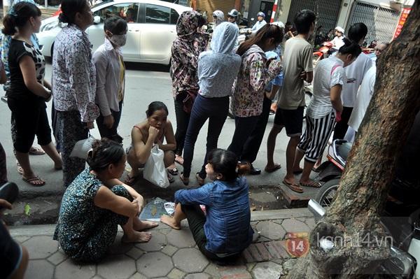 """Vật vã ngồi bệt xuống cả lòng đường để chờ mua bánh trung thu """"hot"""" nhất Hà Nội 3"""