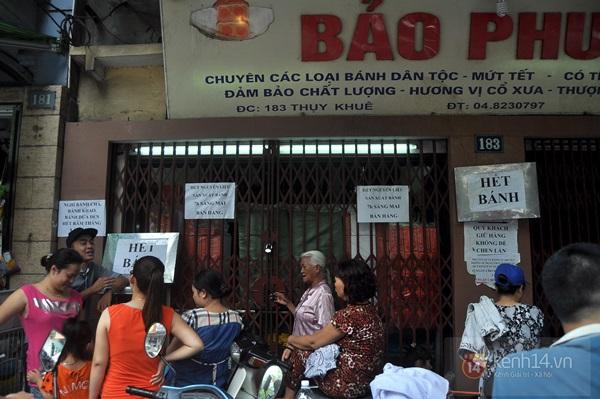 """Vật vã ngồi bệt xuống cả lòng đường để chờ mua bánh trung thu """"hot"""" nhất Hà Nội 1"""