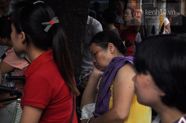 """Vật vã ngồi bệt xuống cả lòng đường để chờ mua bánh trung thu """"hot"""" nhất Hà Nội 5"""