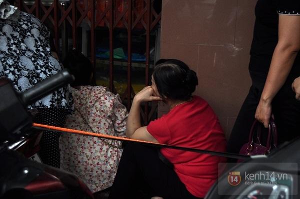 """Vật vã ngồi bệt xuống cả lòng đường để chờ mua bánh trung thu """"hot"""" nhất Hà Nội 4"""