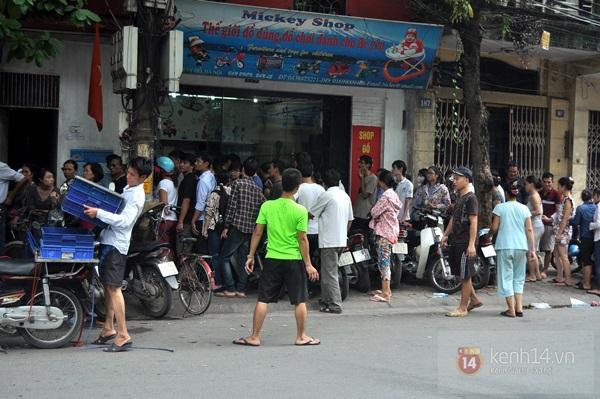 """Vật vã ngồi bệt xuống cả lòng đường để chờ mua bánh trung thu """"hot"""" nhất Hà Nội 22"""