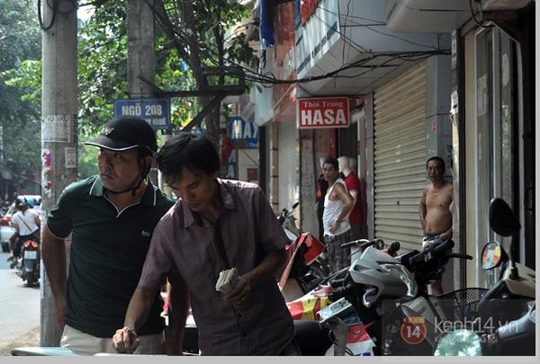 """Vật vã ngồi bệt xuống cả lòng đường để chờ mua bánh trung thu """"hot"""" nhất Hà Nội 23"""