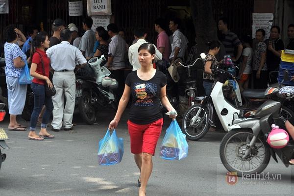 """Vật vã ngồi bệt xuống cả lòng đường để chờ mua bánh trung thu """"hot"""" nhất Hà Nội 21"""
