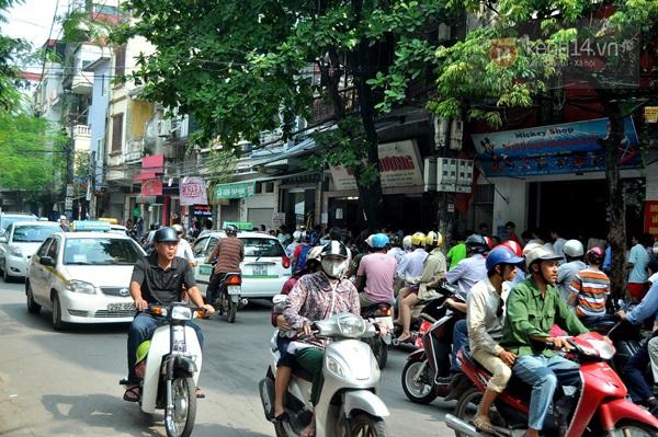 """Vật vã ngồi bệt xuống cả lòng đường để chờ mua bánh trung thu """"hot"""" nhất Hà Nội 25"""