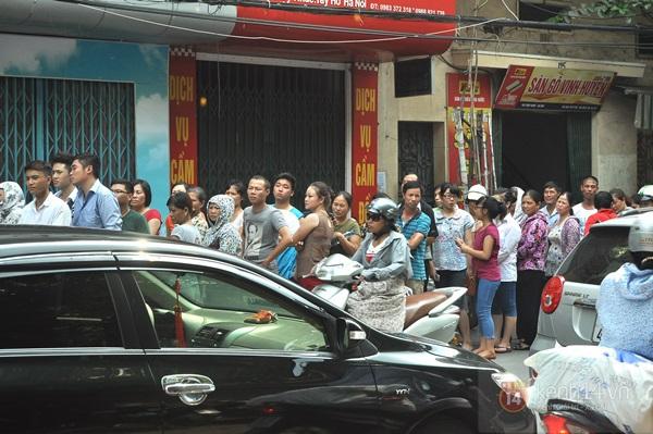 """Vật vã ngồi bệt xuống cả lòng đường để chờ mua bánh trung thu """"hot"""" nhất Hà Nội 19"""