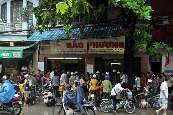 Tắc cả đường vì dòng người đội mưa xếp hàng mua bánh trung thu hot nhất Hà Nội 1