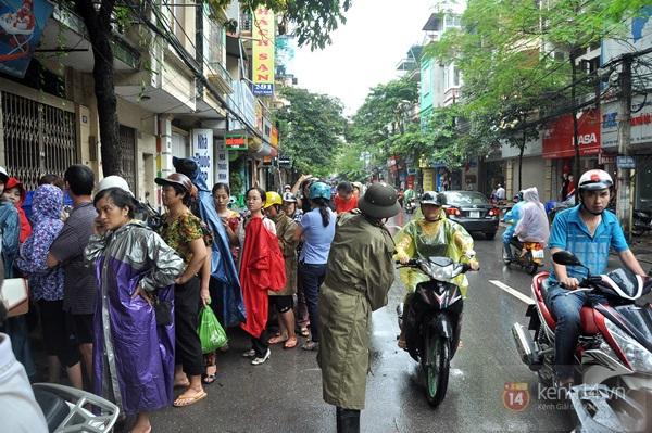 Tắc cả đường vì dòng người đội mưa xếp hàng mua bánh trung thu hot nhất Hà Nội 6