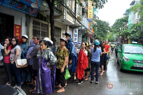 Tắc cả đường vì dòng người đội mưa xếp hàng mua bánh trung thu hot nhất Hà Nội 3