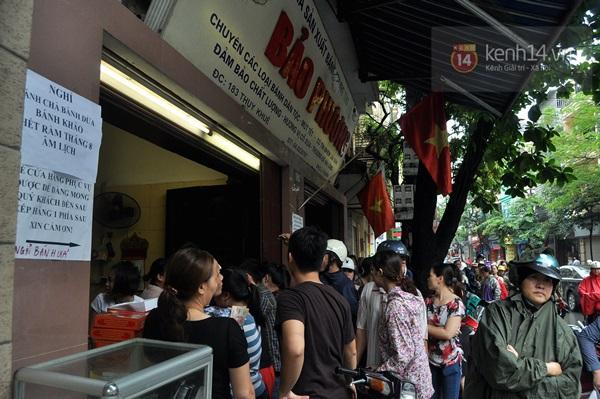 Tắc cả đường vì dòng người đội mưa xếp hàng mua bánh trung thu hot nhất Hà Nội 14