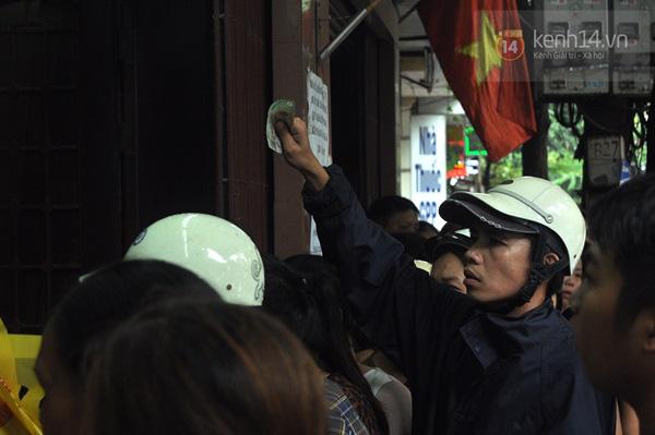 Tắc cả đường vì dòng người đội mưa xếp hàng mua bánh trung thu hot nhất Hà Nội 16