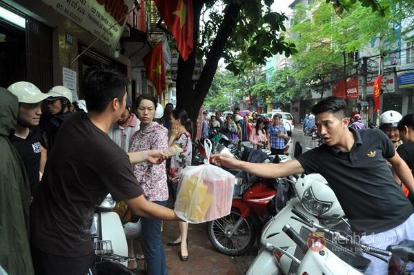 Tắc cả đường vì dòng người đội mưa xếp hàng mua bánh trung thu hot nhất Hà Nội 18