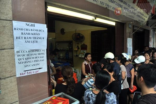 Tắc cả đường vì dòng người đội mưa xếp hàng mua bánh trung thu hot nhất Hà Nội 5