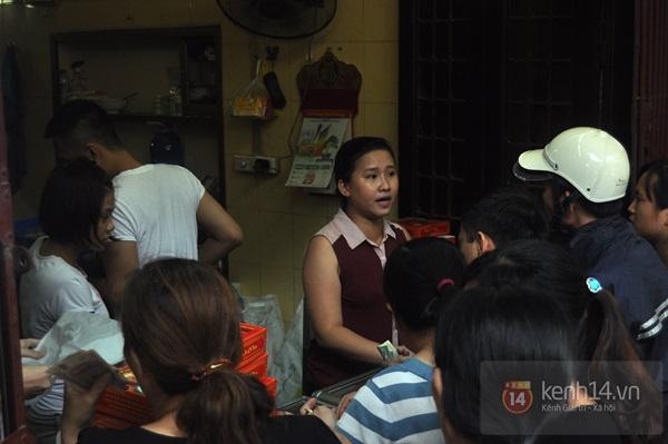 Tắc cả đường vì dòng người đội mưa xếp hàng mua bánh trung thu hot nhất Hà Nội 17