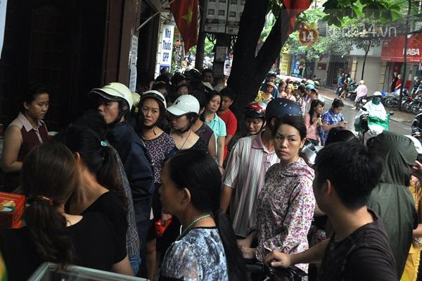 Tắc cả đường vì dòng người đội mưa xếp hàng mua bánh trung thu hot nhất Hà Nội 10