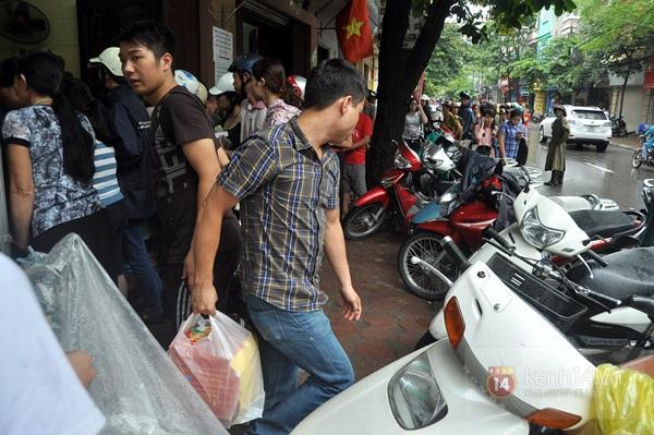 Tắc cả đường vì dòng người đội mưa xếp hàng mua bánh trung thu hot nhất Hà Nội 19