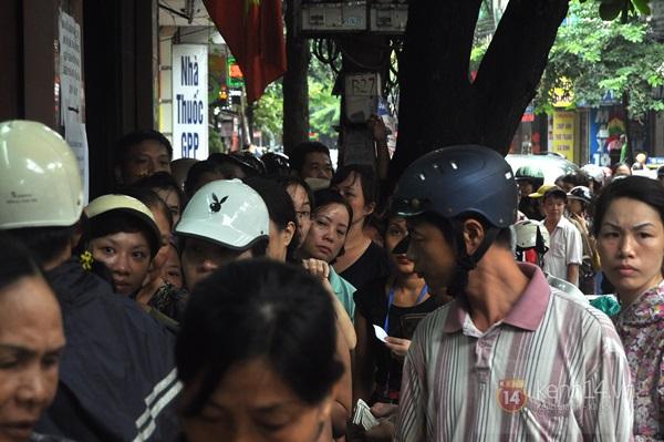 Tắc cả đường vì dòng người đội mưa xếp hàng mua bánh trung thu hot nhất Hà Nội 11