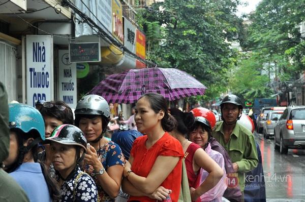 Tắc cả đường vì dòng người đội mưa xếp hàng mua bánh trung thu hot nhất Hà Nội 21