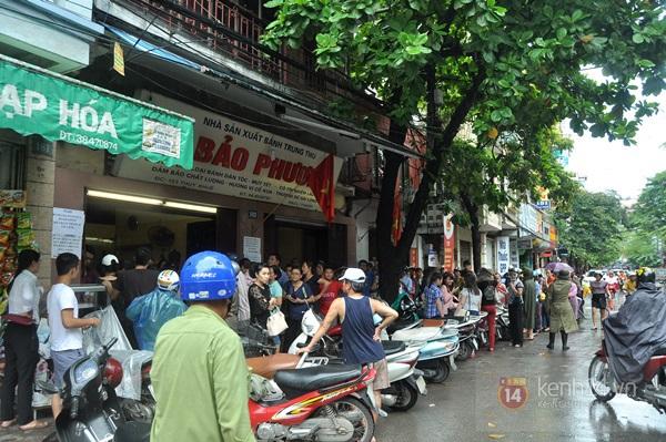 Tắc cả đường vì dòng người đội mưa xếp hàng mua bánh trung thu hot nhất Hà Nội 22