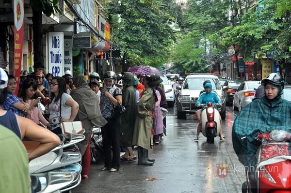 Tắc cả đường vì dòng người đội mưa xếp hàng mua bánh trung thu hot nhất Hà Nội 23