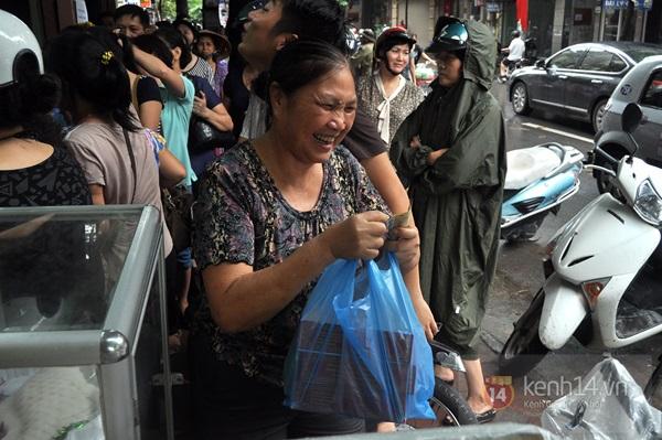 Tắc cả đường vì dòng người đội mưa xếp hàng mua bánh trung thu hot nhất Hà Nội 20