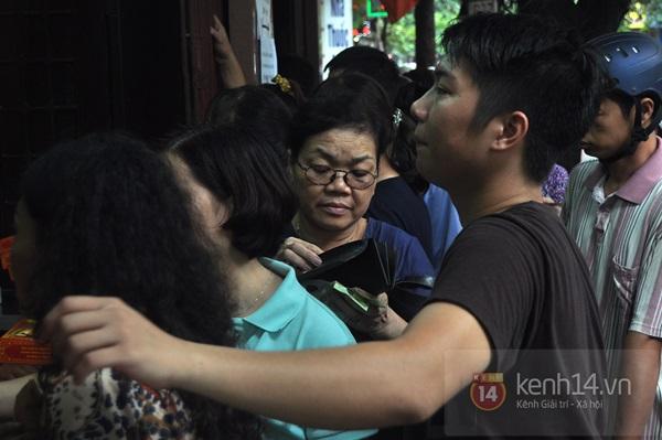 Tắc cả đường vì dòng người đội mưa xếp hàng mua bánh trung thu hot nhất Hà Nội 12
