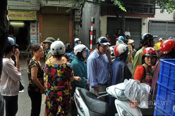 Tắc cả đường vì dòng người đội mưa xếp hàng mua bánh trung thu hot nhất Hà Nội 8