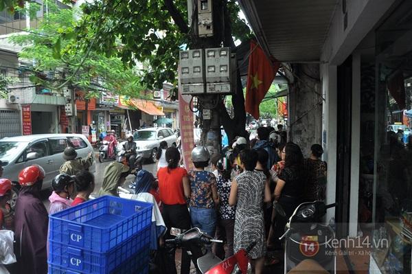 Tắc cả đường vì dòng người đội mưa xếp hàng mua bánh trung thu hot nhất Hà Nội 9