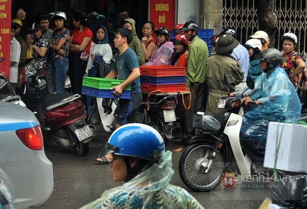 Tắc cả đường vì dòng người đội mưa xếp hàng mua bánh trung thu hot nhất Hà Nội 24