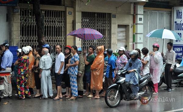 Tắc cả đường vì dòng người đội mưa xếp hàng mua bánh trung thu hot nhất Hà Nội 7