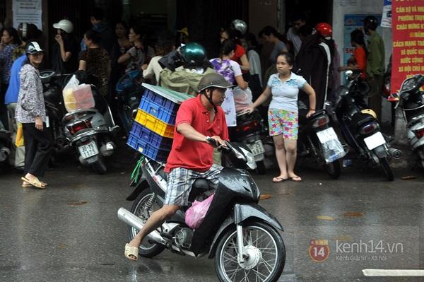 Tắc cả đường vì dòng người đội mưa xếp hàng mua bánh trung thu hot nhất Hà Nội 25