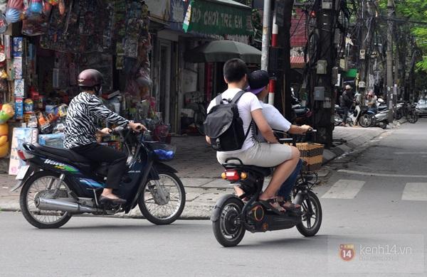 Hà Nội: Học sinh cấp 3 tấp nập đi xe đạp điện không đội mũ bảo hiểm 3