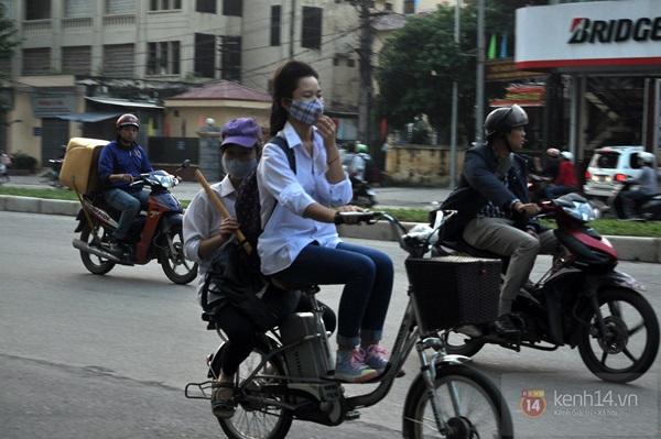 Hà Nội: Học sinh cấp 3 tấp nập đi xe đạp điện không đội mũ bảo hiểm 1