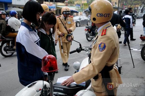 Hà Nội: Học sinh cấp 3 tấp nập đi xe đạp điện không đội mũ bảo hiểm 9