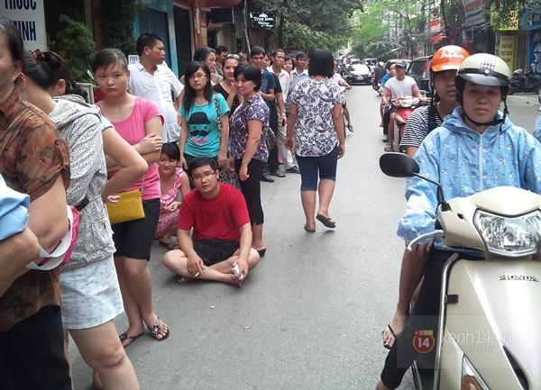 """Vật vã ngồi bệt xuống cả lòng đường để chờ mua bánh trung thu """"hot"""" nhất Hà Nội 6"""