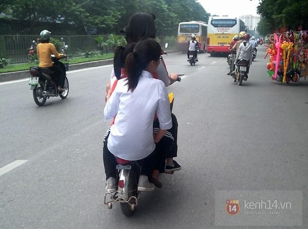 Hà Nội: Học sinh cấp 3 tấp nập đi xe đạp điện không đội mũ bảo hiểm 12