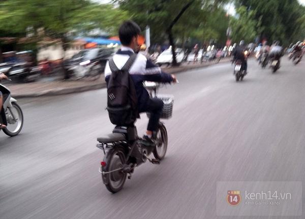 Hà Nội: Học sinh cấp 3 tấp nập đi xe đạp điện không đội mũ bảo hiểm 13