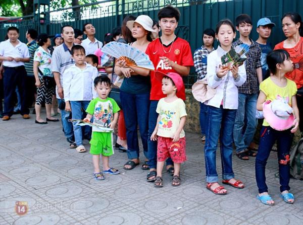 Hàng nghìn người xếp hàng vào viếng Lăng Chủ tịch Hồ Chí Minh nhân kỉ niệm Sinh nhật Người 4