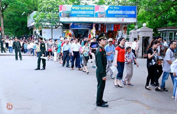 Hàng nghìn người xếp hàng vào viếng Lăng Chủ tịch Hồ Chí Minh nhân kỉ niệm Sinh nhật Người 6