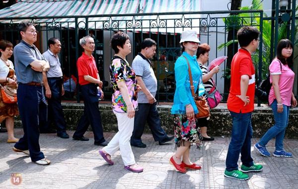 Hàng nghìn người xếp hàng vào viếng Lăng Chủ tịch Hồ Chí Minh nhân kỉ niệm Sinh nhật Người 8