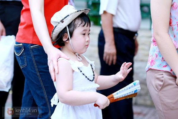 Hàng nghìn người xếp hàng vào viếng Lăng Chủ tịch Hồ Chí Minh nhân kỉ niệm Sinh nhật Người 9