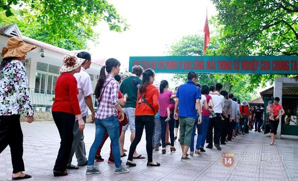 Hàng nghìn người xếp hàng vào viếng Lăng Chủ tịch Hồ Chí Minh nhân kỉ niệm Sinh nhật Người 12
