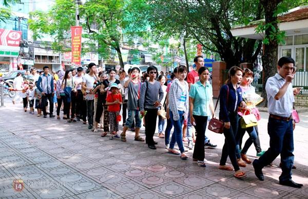 Hàng nghìn người xếp hàng vào viếng Lăng Chủ tịch Hồ Chí Minh nhân kỉ niệm Sinh nhật Người 13