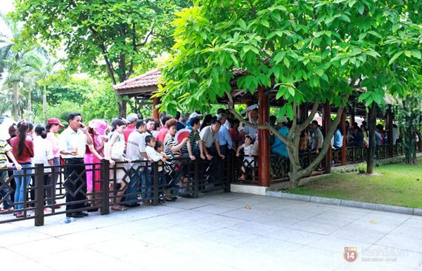 Hàng nghìn người xếp hàng vào viếng Lăng Chủ tịch Hồ Chí Minh nhân kỉ niệm Sinh nhật Người 15