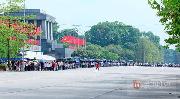 Hàng nghìn người xếp hàng vào viếng Lăng Chủ tịch Hồ Chí Minh nhân kỉ niệm Sinh nhật Người 17